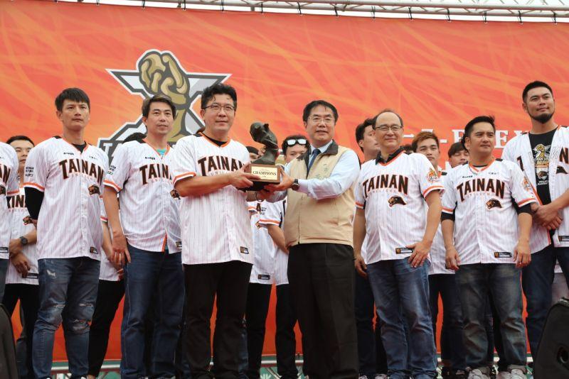 ▲統一獅球隊將冠軍獎盃獻給台南市政府。(圖/台南市政府提供)