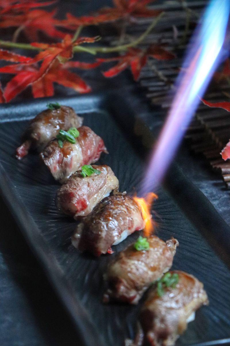 ▲炙燒和牛握壽司香氣逼人,是許多人鎖定的必吃美食。(圖/凱撒大飯店提供)