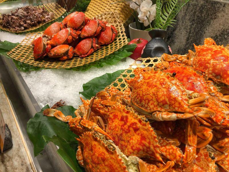 ▲朋派自助餐也提供琳瑯滿目的海鮮,讓饕客大快朵頤。(圖/凱撒大飯店提供)
