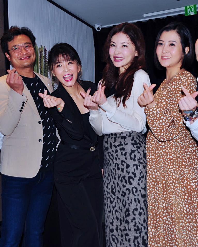 ▲何如芸(左)感謝李燕(右)的陪伴。(圖/何如芸臉書)