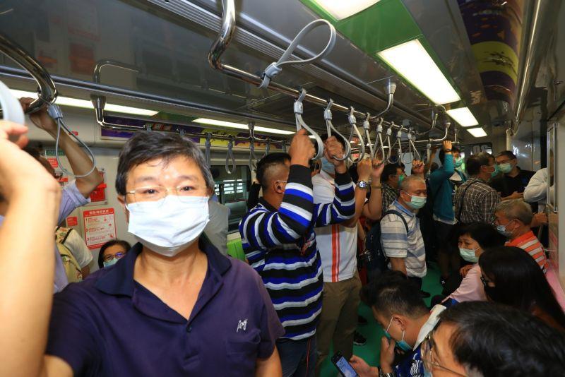 ▲台中捷運綠線免費試營運,許多民眾搭捷運上班、上學體驗(圖/柳榮俊攝2020.11.16)