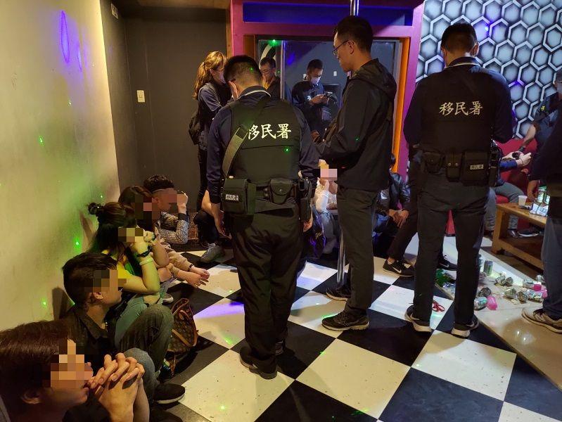 ▲移民署及警方當場查獲外籍移工開起毒趴。(圖/嘉義地檢署提供)