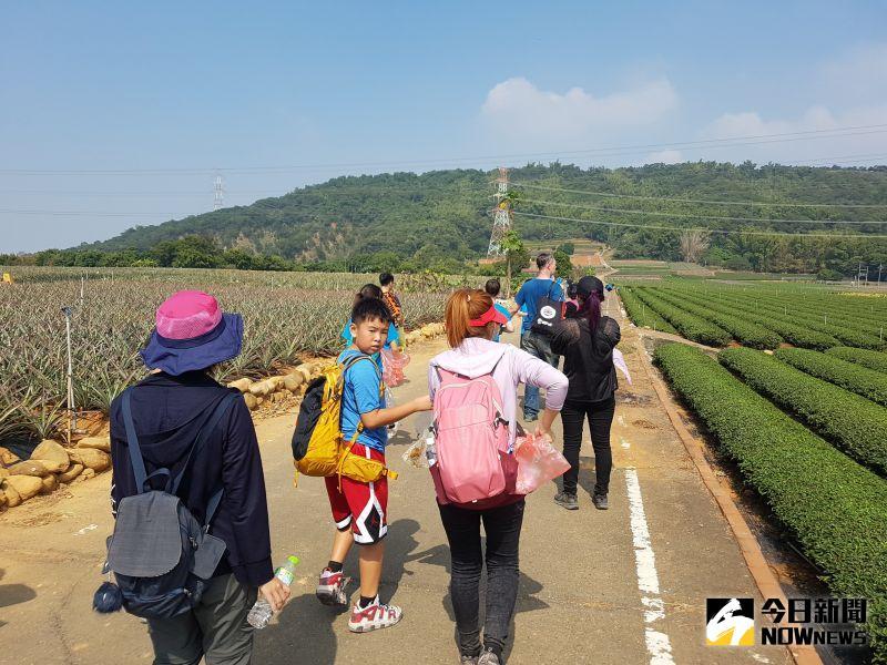 ▲二林鎮香田國小帶領孩子挑戰10公里橫山之旅。(圖/記者陳雅芳攝,2020.11.16)