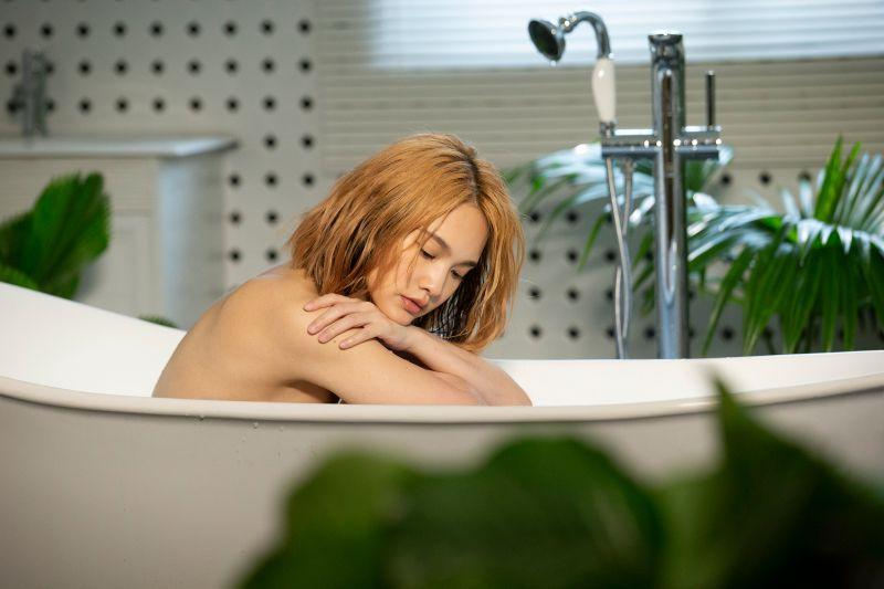 ▲楊丞琳推出最新單曲《漂流浴室》MV。(圖/環球提供)