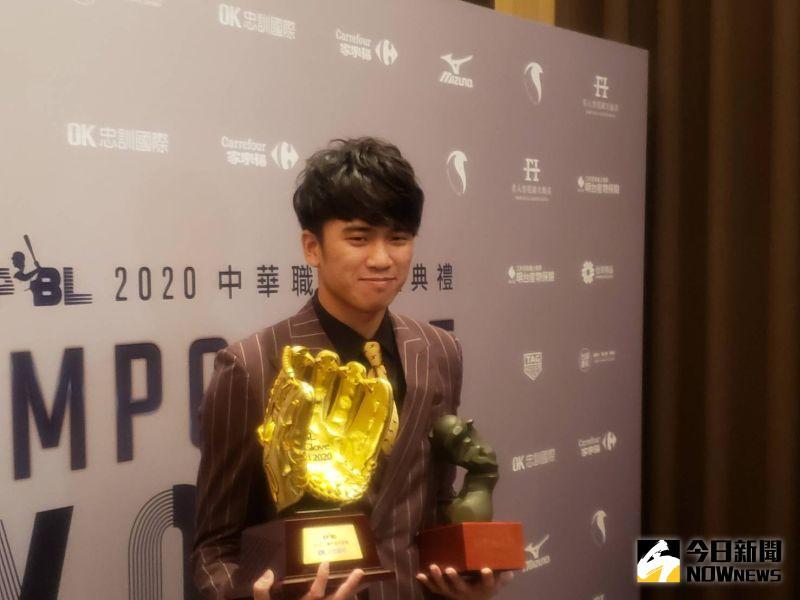 王威晨拿到最佳十人三壘手以及三壘手金手套雙料獎項