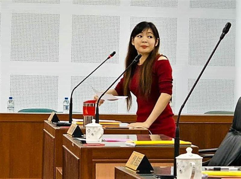 ▲許彥玲代表相當不滿的抨擊,葉竹林請清潔隊員代購54條香菸一事做了最壞的示範。(圖/民眾提供)