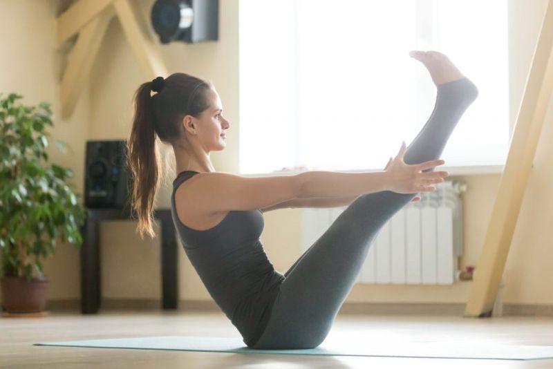 ▲瑜珈船式會用到大量核心和雙腿肌力來保持平衡。(圖/Shutterstock)