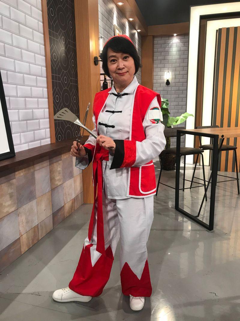 ▲王月特別扮成日本漫畫中華一番特級廚師。(圖/年代提供)