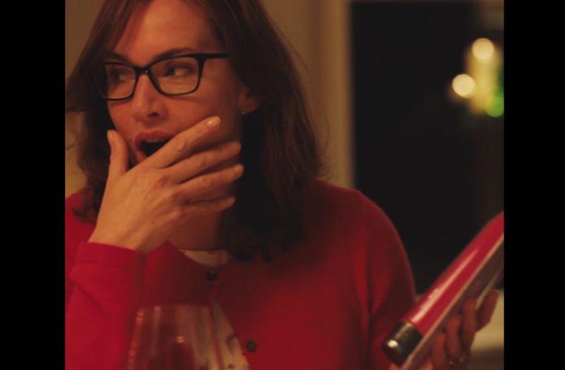 ▲凱特溫絲蕾在片中收到按摩棒。(圖/海樂)