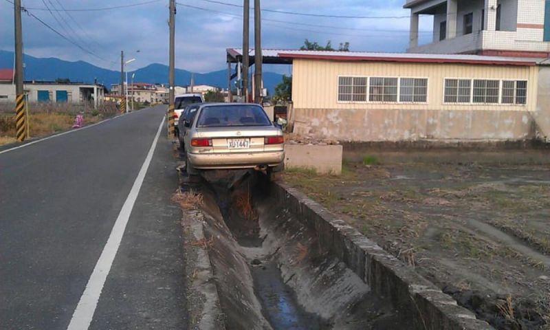 ▲有網友在高雄美濃驚見「水溝停車法」。(圖/翻攝自《新·路上觀察學院》)