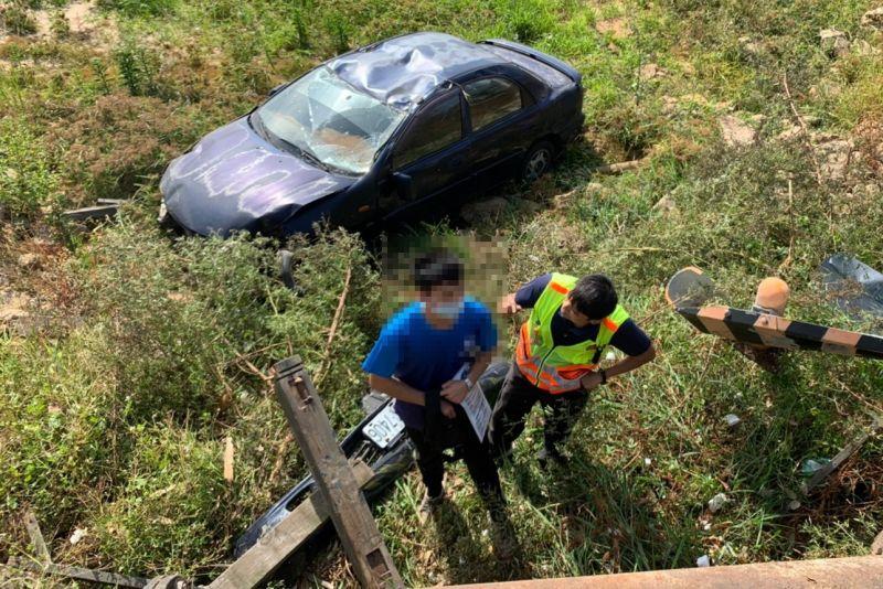 金門驚傳自小客車墜落3公尺深太湖,林姓駕駛意外毫髮無傷。