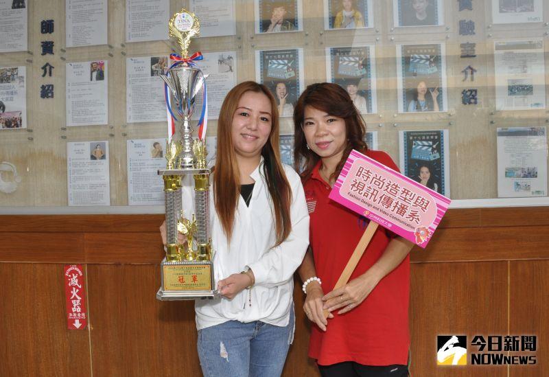 ▲劉梓綺同學(左)榮獲美甲類組冠軍,同學都為她感到高興。(圖/記者陳雅芳攝,2020.11.17)