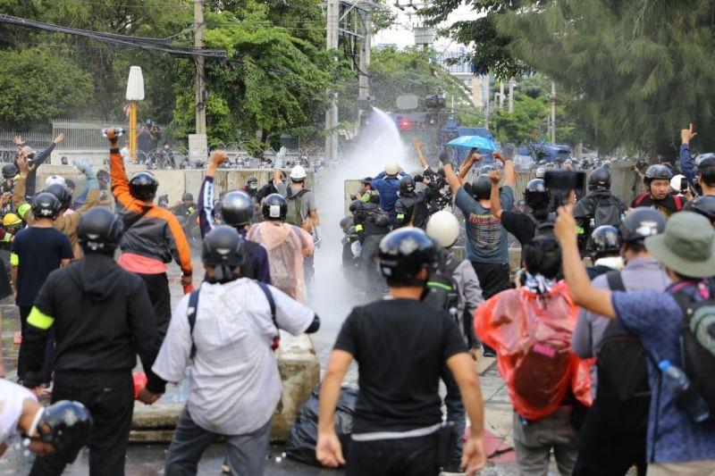 ▲泰國示威者今日(11月17日)仍走上街頭表達訴求,遭到警方以水炮驅離。(圖/翻攝自推特@prachatai_en)