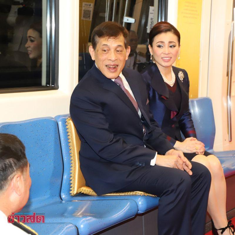 ▲泰王搭乘地鐵時椅上擺放了代表皇室的金色坐墊,王妃則是使用紫色的坐墊。(圖/翻攝自推特@JBuchananBKK)