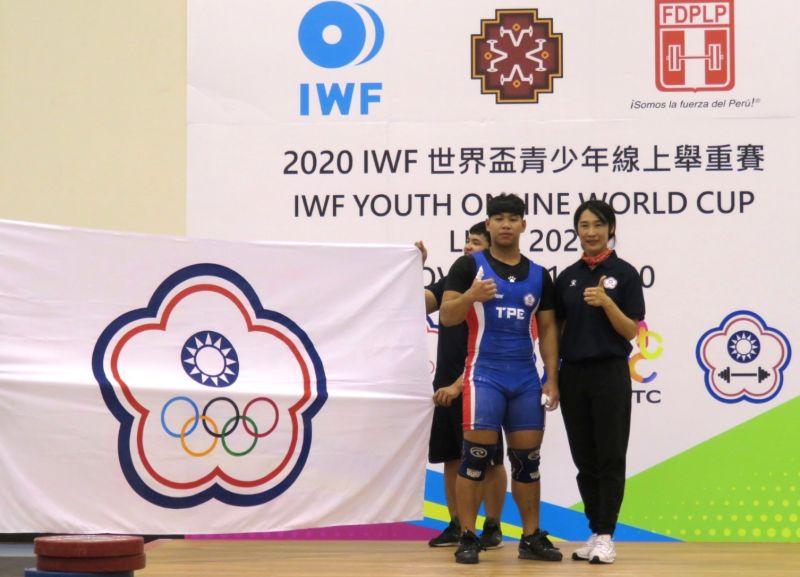 ▲鄭齊葳克服時差,在男子89公斤級賽事拿下台灣本屆事賽首面獎牌,包辦2銀1銅,右為指導教練黃雅菁。(圖/舉重協會提供)