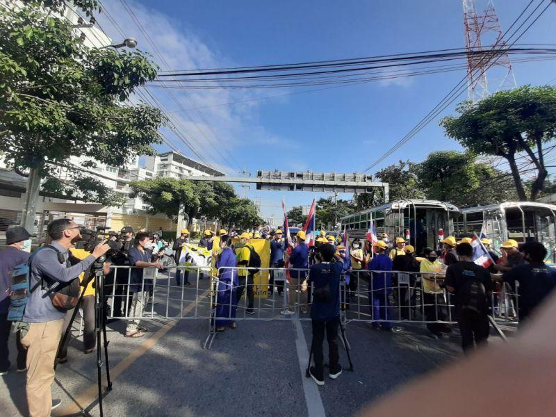 ▲泰國王室支持者身著象徵王室的黃衣,聚集在國會外聲援。(圖/翻攝自推特@prachatai_en)