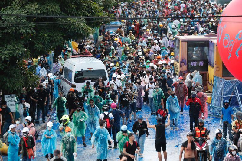 泰國示威者國會外抗議 警民衝突釀41傷、其中5人中槍