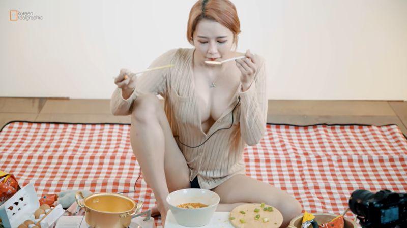 ▲正妹吃麵,網友眼睛則吃冰淇淋。(圖/Realgraphic