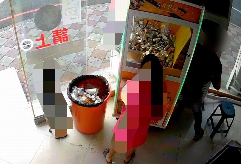 ▲楊嫌帶著一對兒女來到屏東市中正路上把玩選物販賣機,竟多次以身體、臀部猛力撞擊機台。(圖/記者黃正忠翻攝,2020.11,18)