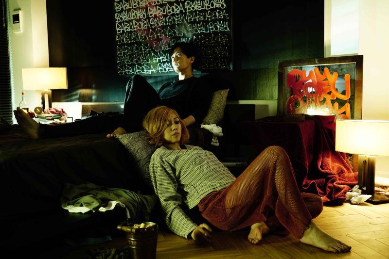 ▲片中,稻垣吾郎(上)跟二階堂富美一路從書桌床戰到沙發,過程尺度大開。(圖/天馬行空)