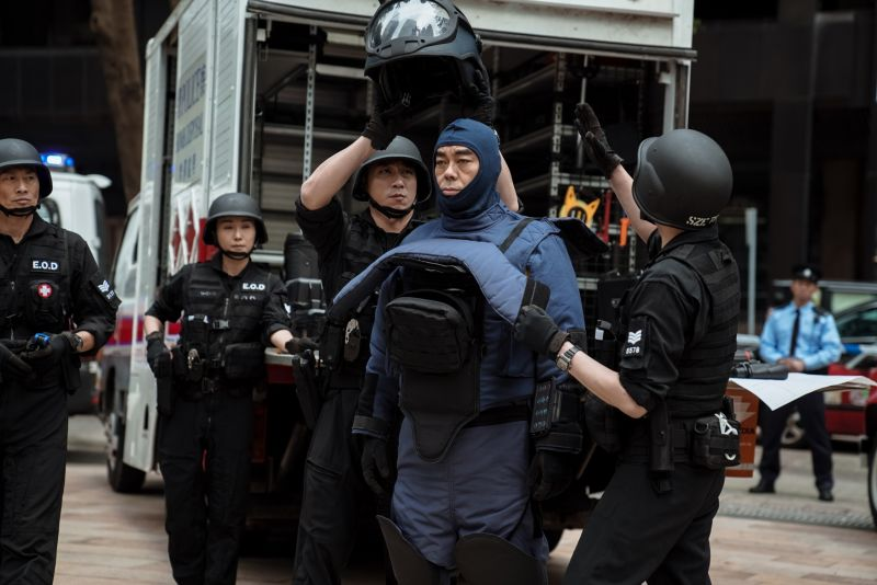 ▲劉青雲(中)穿上拆彈裝備頭暈暈。(圖/華映娛樂)