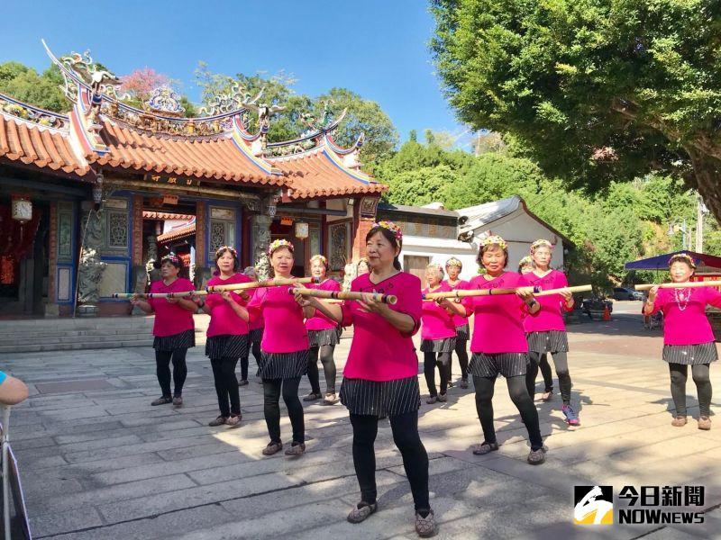 ▲華山基金會發起「把愛找回來-助芬園在地復站」計畫,社區舞蹈表演。(圖/記者陳雅芳攝,2020.11.18)