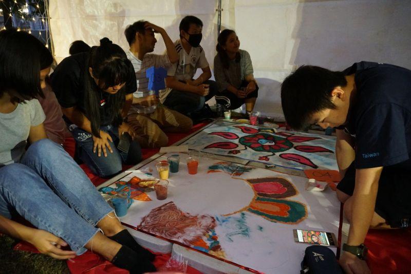 ▲學生參與藍果麗(Rangoli)藝術體驗。(圖/虎科大提供)