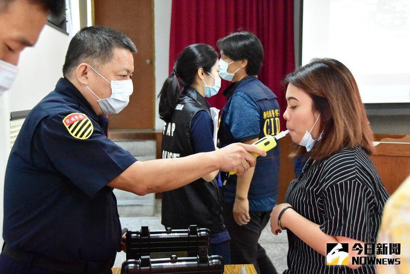 ▲員警對參訪大學外籍學生實施酒測教育體驗。(圖/記者陳雅芳攝,2020.11.18)