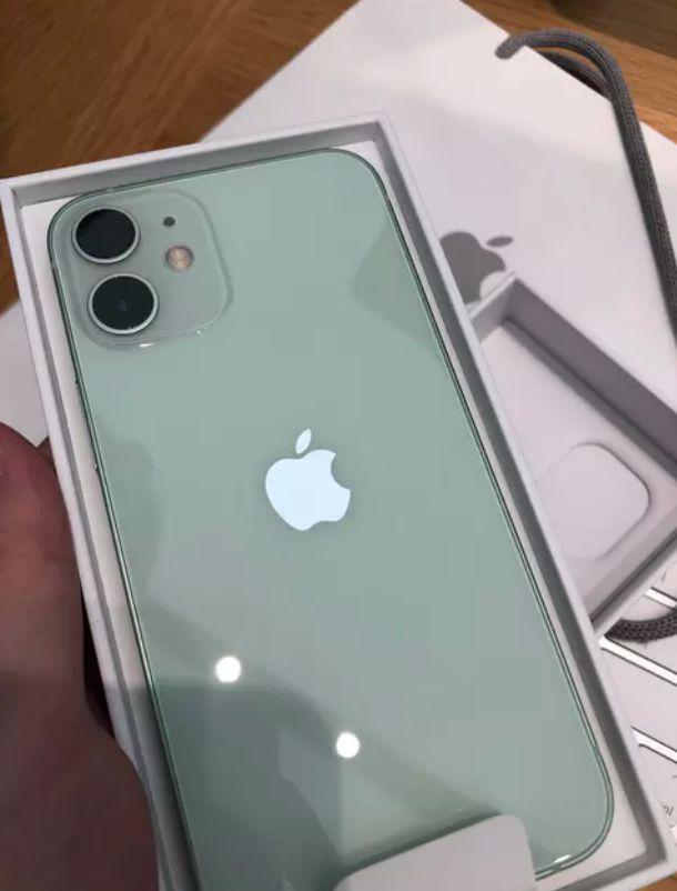 ▲女網友PO出「iPhone12mini綠色」實體機。(圖/翻攝自《Dcard》)