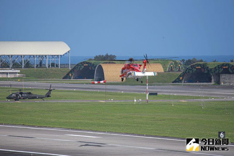 ▲空軍與空勤黑鷹直升機出動,搜尋失聯F-16飛官。(圖/記者葉政勳攝)