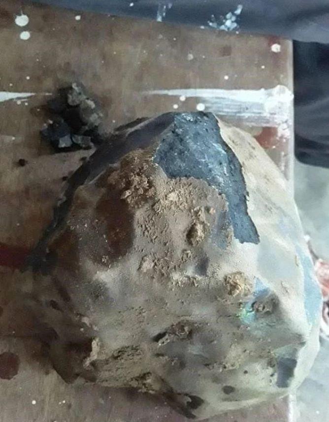 ▲該塊石頭其實是一塊45億年歷史的CM型碳質球粒隕石。(圖/翻攝Josua