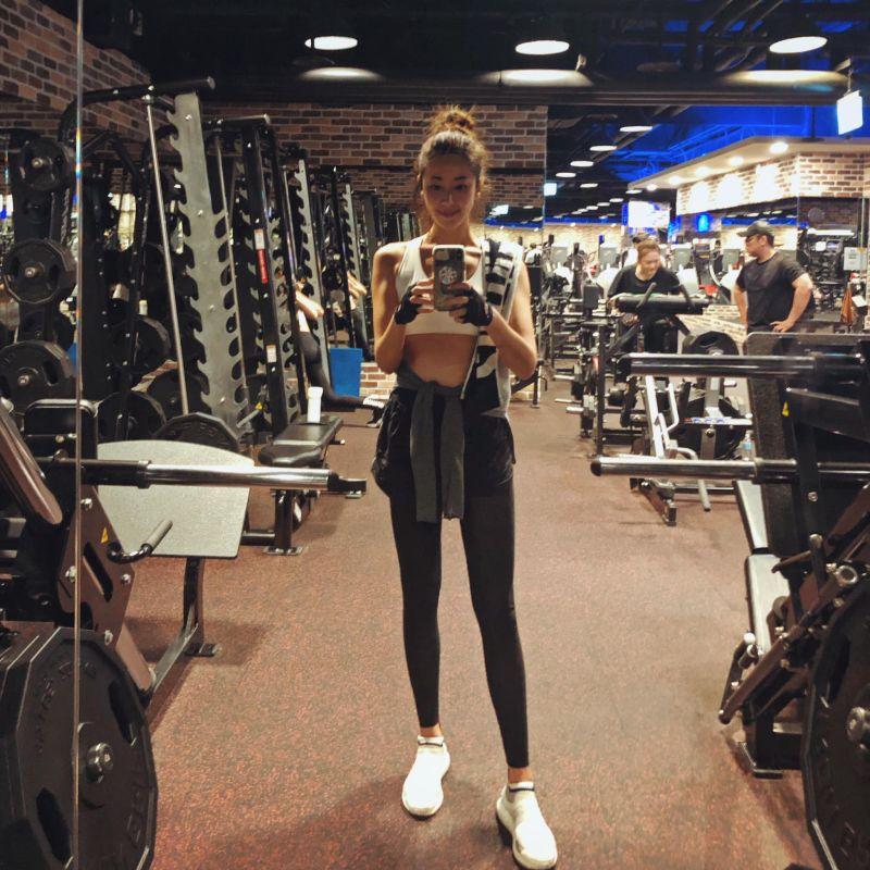 ▲隋棠在健身房大鏡子前拍下自己的模樣。(圖/隋棠臉書)