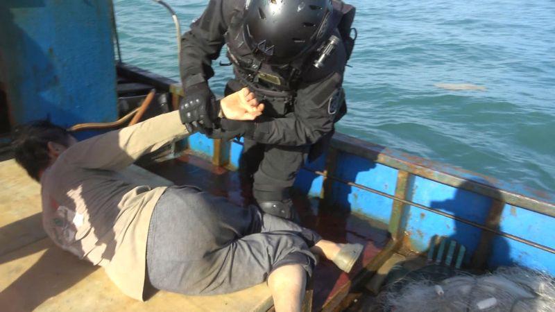 ▲特勤人員迅速壓制陸籍漁船上3名船員。(圖/金門海巡隊提供)
