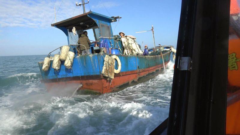 ▲陸漁船越界捕撈遇海巡攔查,加速蛇行拒檢逃逸。(圖/金門海巡隊提供)