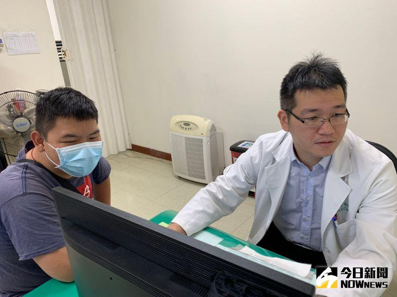 ▲陳姓學生(左)出院後回診,張昕煥醫師說明健康狀況。(圖/記者陳雅芳攝,2020.11.19)