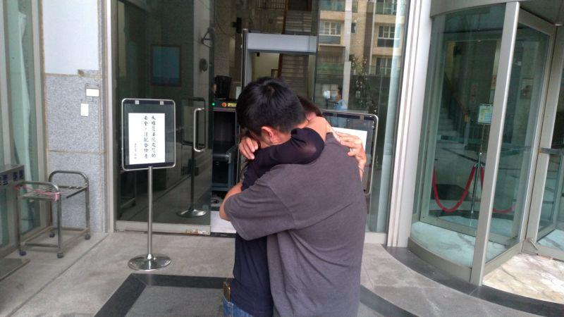 ▲邱勝翔步出法院,與母親相擁而泣。(圖/記者陳聖璋翻攝,2020.11.19)