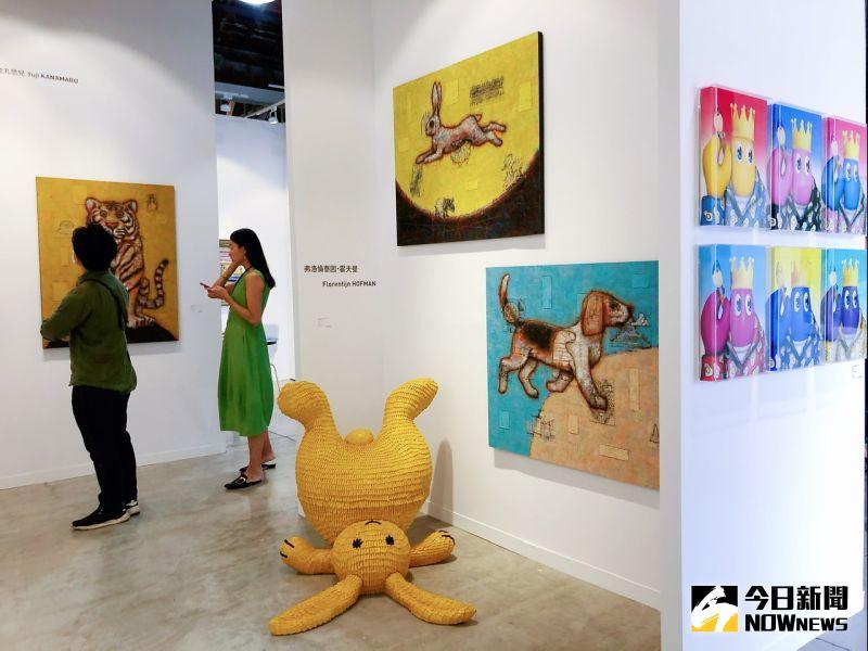 ▲白石畫廊帶來草間彌生、村上隆、奈良美智等14位藝術家作品。(圖/記者陳美嘉攝,2020.11.19)