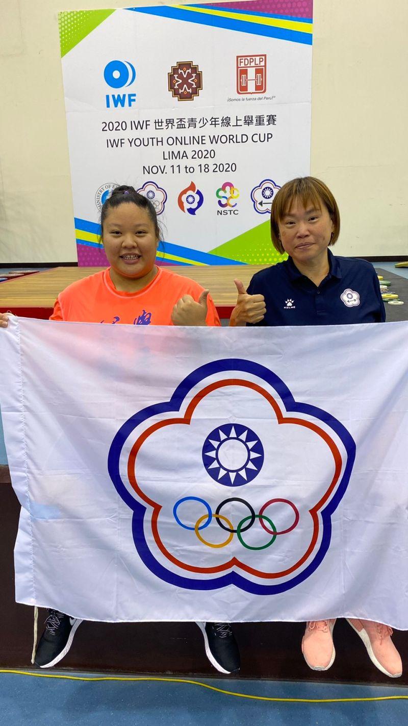 ▲汪淩蓁(左)、教練陳佳伶。(圖/舉重協會提供)