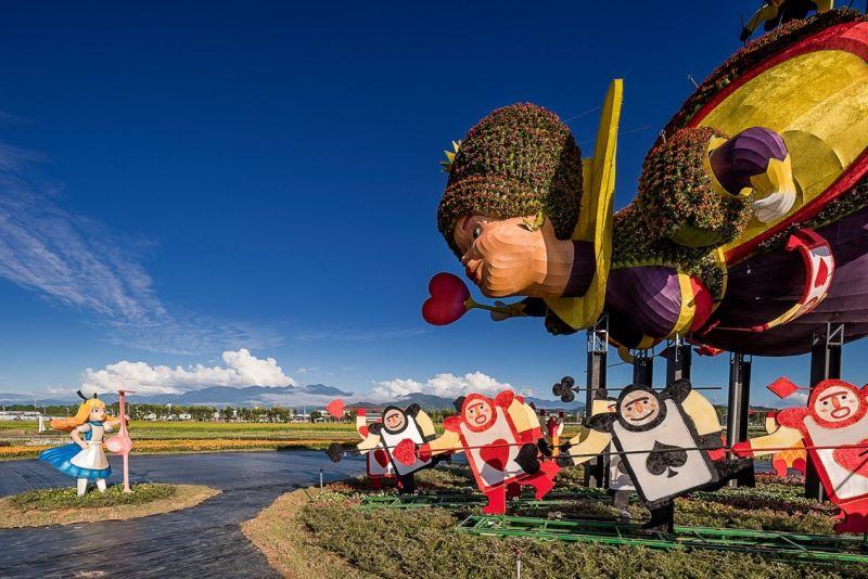 ▲超過30公頃的花卉展地結合10米高的紅心皇后,新社花海暨台中國際花毯節堪稱台灣版的普羅旺斯,讓大家不能出國也能欣賞到最美風景。(圖/台中市觀旅局提供)