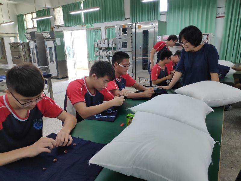 ▲將染好的布一針一線縫紉成品。(圖/記者洪佳伶攝,2020.11.20)