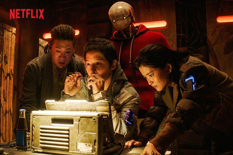 ▲宋仲基(中)離婚後新作《勝利號》將上映。(圖/Netflix)