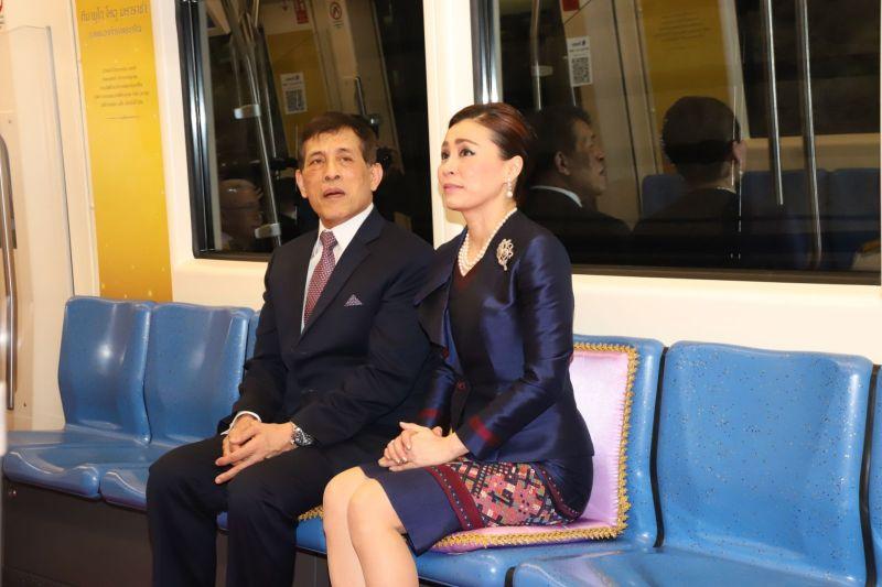 ▲泰王近日大走親民路線,與王后素提達(Queen Suthida)一起坐地鐵感受平民生活。(圖/泰國皇室事務處)