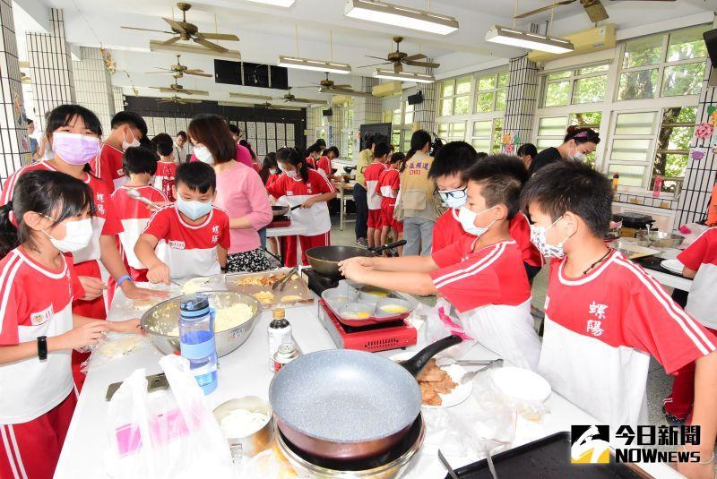 ▲螺陽國小長期推動食農教育,也讓學童自己製作午餐米漢堡。(圖/記者陳雅芳攝,2020.11.20)