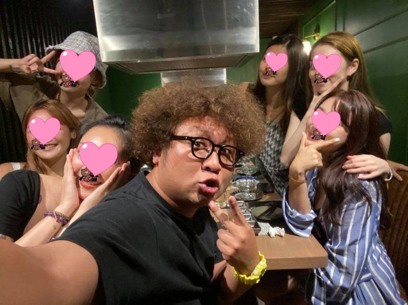 ▲一次跟6個美女吃飯,納豆(前)真的很強。(圖/納豆臉書)