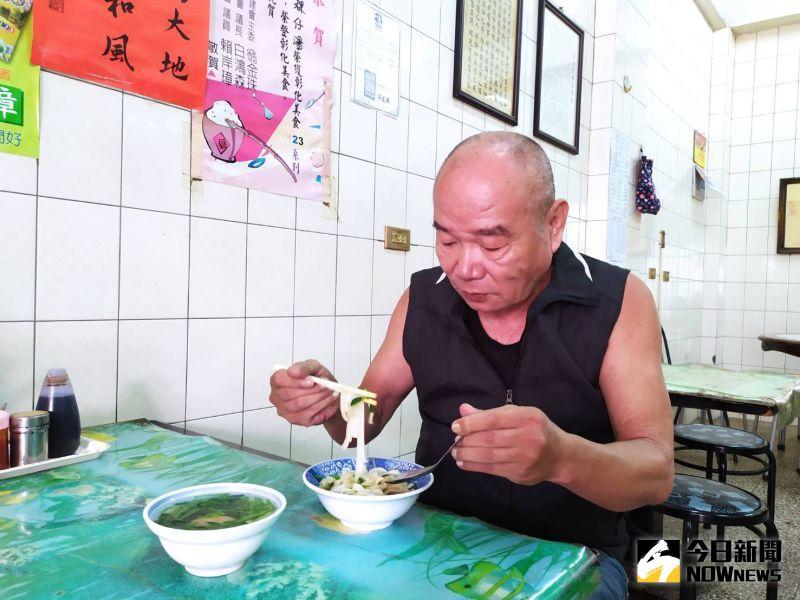 ▲文卜粿仔湯的老客人說,食物的好吃在於一種感覺。(圖/記者葉靜美攝)
