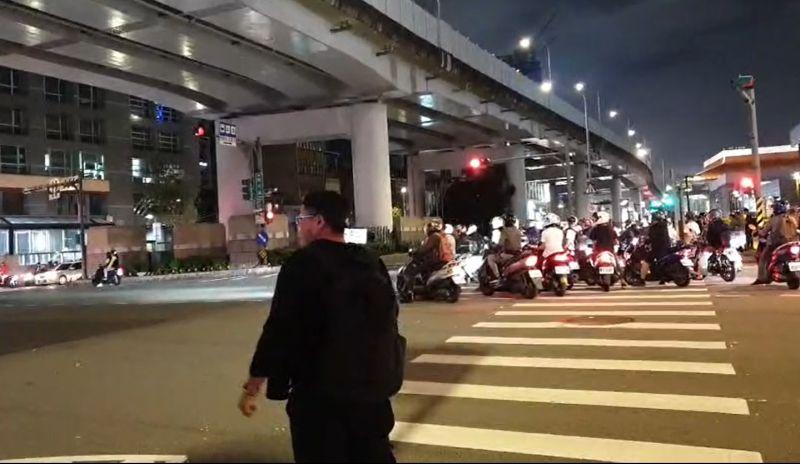 ▲有網友在PTT發問「全面取消機車待轉,<b><a href=