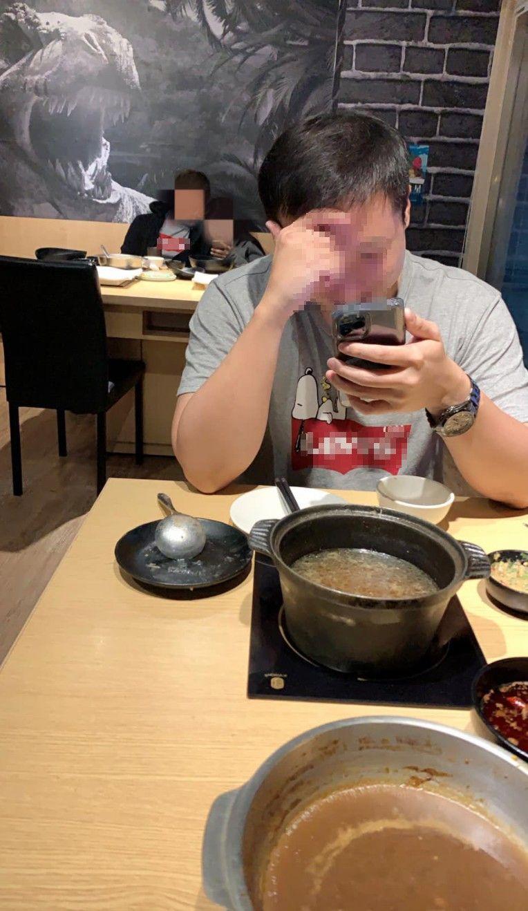 ▲一名男網友日前和友人去吃火鍋時,和另一桌男客人撞衫了。(圖/翻攝自《爆怨1公社》)