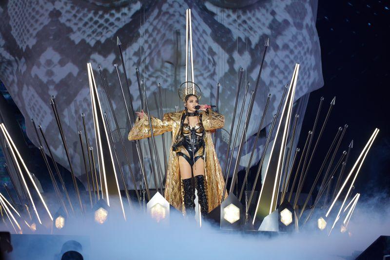 ▲蔡依林為開場的頭顱加冕要價600萬的巨型惡之皇冠。(圖/凌時差提供)