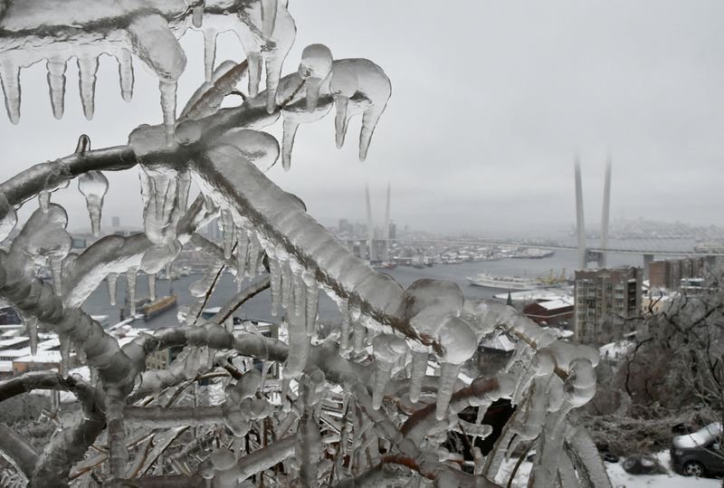 俄國海參崴市遭冰封 15萬人斷水電進入緊急狀態