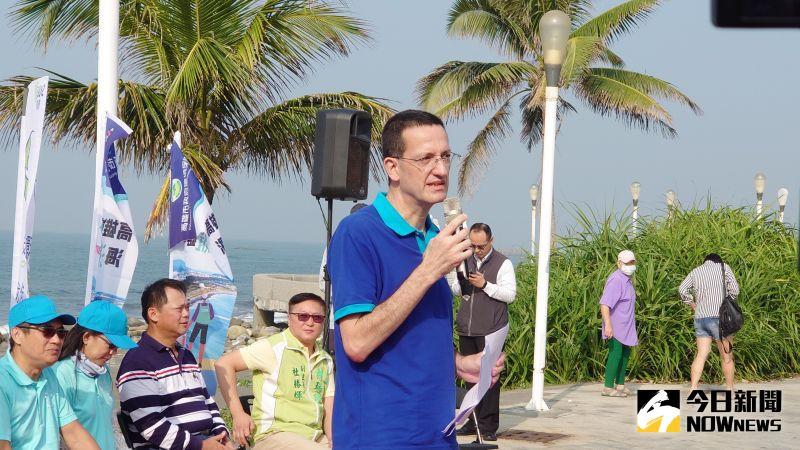 ▲歐洲商會執行長何飛逸說「台灣是我們的家」,當然要保持家裡乾淨,淨灘活動也能提高大家對於海洋污染的關注。(圖/記者鄭婷襄)